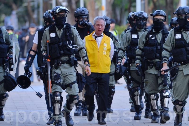 去年11月2日,128名區議會候選人在維園集會。警方發射催淚彈,拘捕多人,圖為區議員候選人、現任大埔區議員「機場大叔」陳振哲被捕。(宋碧龍/大紀元)