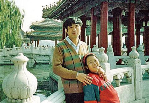 王志文早年與年幼的女兒合照。(大紀元資料圖片)