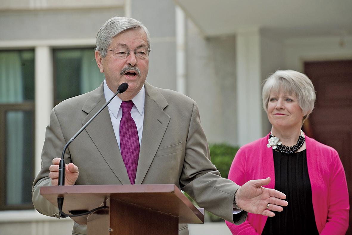 美國駐華大使特里布蘭斯塔德(Terry Branstad)圖(左),資料照。(NICOLAS ASFOURI/AFP)