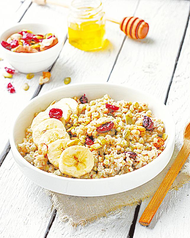 香蕉切片加到早餐粥中,健康又美味。