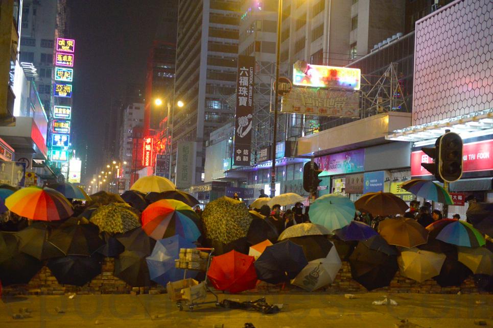 去年11月18日,警方圍攻理工大學,市民試圖前往理工大學營救被困人士,在彌敦道有市民與警方對峙。(余天佑/大紀元)