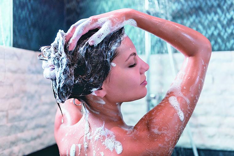 洗頭髮時建議以不超過38℃的水溫清潔即可。