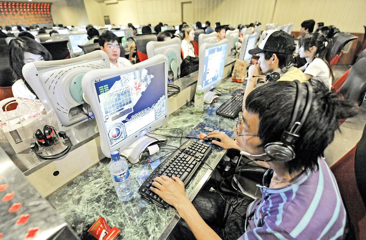 中共正在將網格化升級、延伸至網絡空間,試圖將中國社會從現實到虛擬空間,都打造為一個網格大監獄。圖為北京的一家網吧。(Getty Images)
