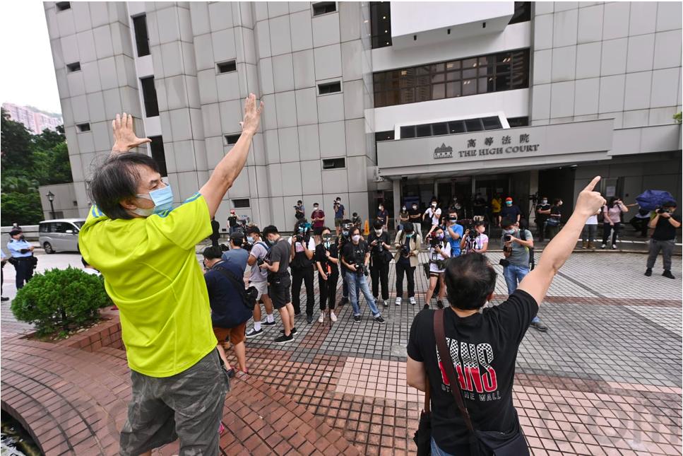 9月17日,「快必」譚得志向高等法院申請保釋被拒,市民在法院外做出「五」、「一」手勢聲援。(宋碧龍/大紀元)