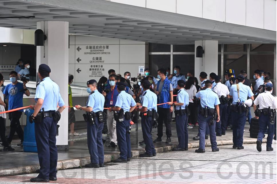 警方在通向高等法院的通道處截查市民。(宋碧龍/大紀元)