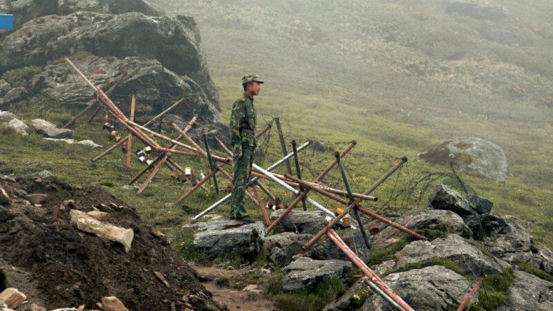 中印邊界對抗不斷升級。目前中共軍隊在阿魯納恰爾邊境對面集結,已引發印度軍隊高度戒備。(DIPTENDU DUTTA/AFP via Getty Images)