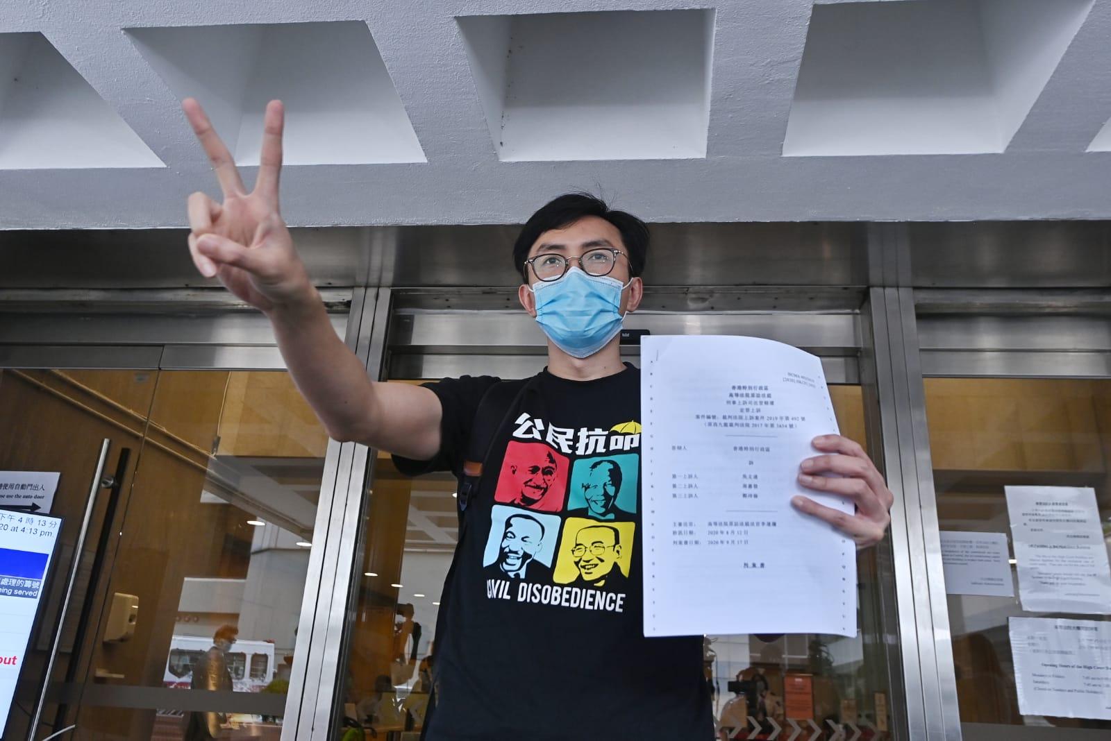 吳文遠庭後會見記者,手舉V字表示「勝利」,他說,「我以『勝利』的姿態來接受這一輸了的裁決」。(霄龍 / 大紀元)
