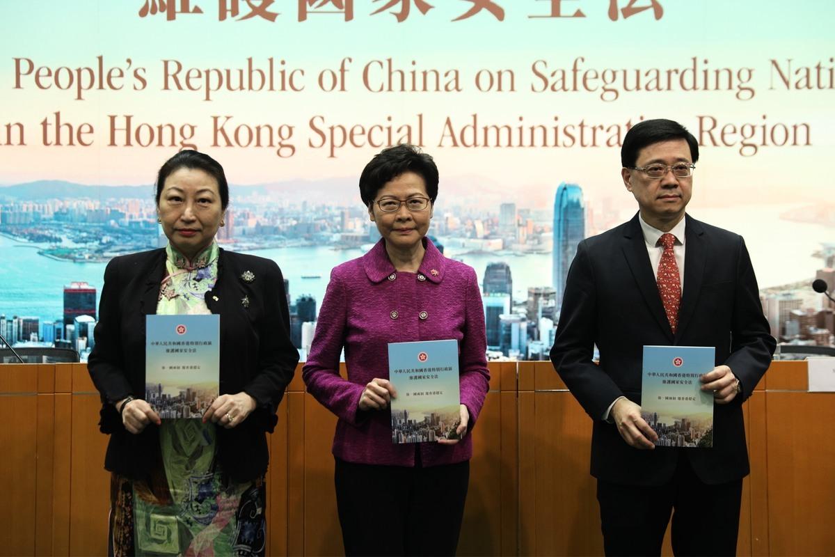 美國因為中共在香港強推港版國安法,制裁11名香港和中國官員;並可能進行第二輪制裁。圖為遭到制裁的林鄭月娥(中)、鄭若驊(左)和李家超(右),在7月1日的港版國安法新聞發佈會上。(STR/Getty Images)