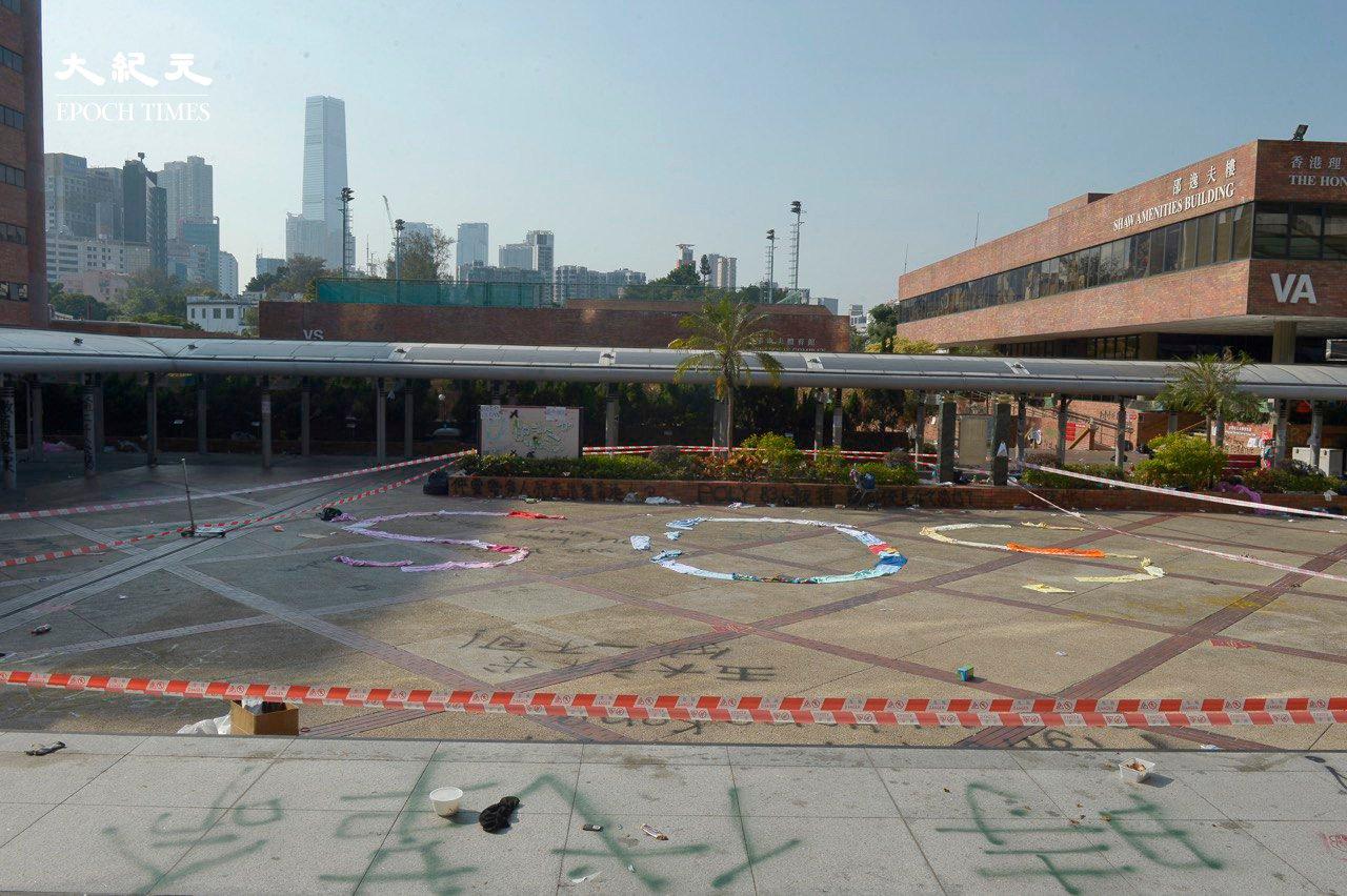 去年11月反送中運動期間,警方圍攻理工大學。圖為2019年11月21日,香港理工大學受困者用各種物品排出「SOS」求救信號。(余天佑/大紀元)