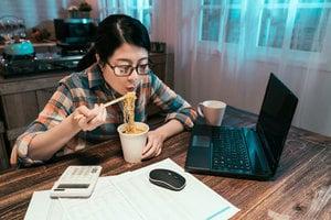 熬夜為何容易發胖?遠離肥胖 請在正確的時間睡覺、吃飯