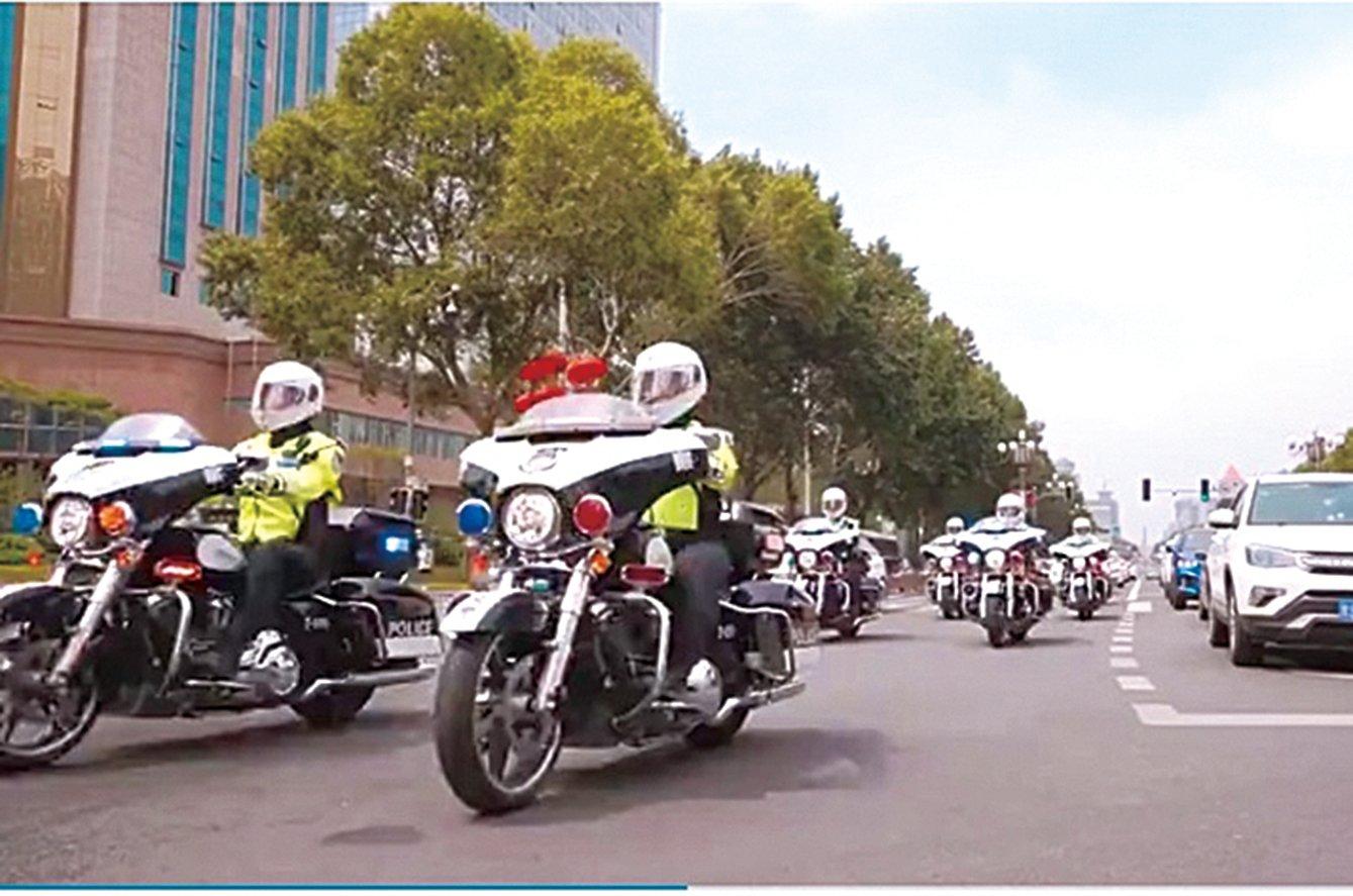 近日,長春市交警高價購買哈雷電單車的消息引發輿論關注。圖為長春交警騎哈雷電單車執勤。(影片截圖)