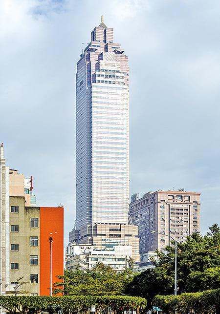 新光大樓的出現,代表台北邁入工商業高度發達的社會。( CEphoto, Uwe Aranas/維基百科提供)
