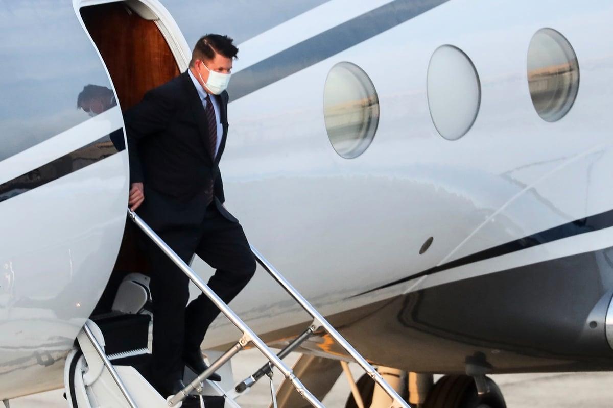 9月17日下午,美國國務院次卿克拉奇(Keith Krach)乘專機抵達台北松山機場。(PEI CHEN/POOL/AFP)