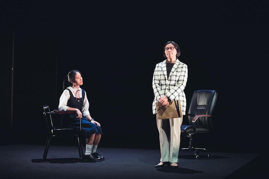 黃雪燁飾演的學生會會長(左)堅持反抗校長的新校規。(香港話劇團提供)