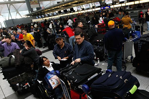 9月17日美國當地時間,一名美國公民的父親因為是黨員移民被拒絕,再用旅遊簽證入境美國,於機場簽證被取消並被當場遣返。圖為美國機場。(Getty images)