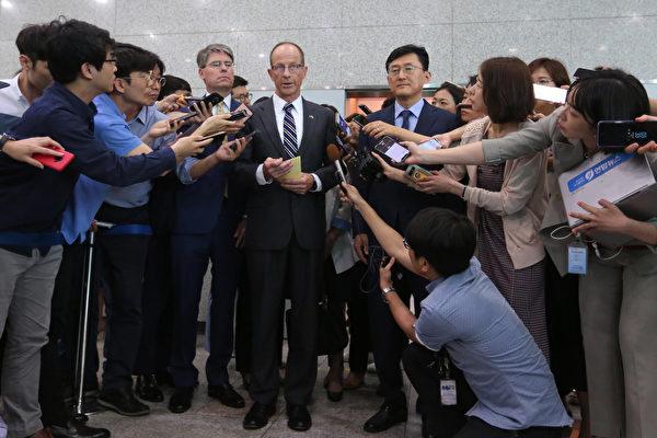 圖為美國國務院亞太助卿史達偉(David Stilwell)2019年訪問南韓期間接受媒體採訪。(AHN YOUNG-JOONAFP via Getty Images)