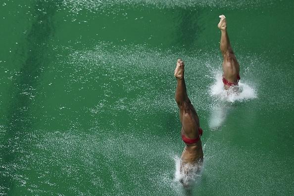 里約奧運泳池水變綠之謎底:化學物質用光