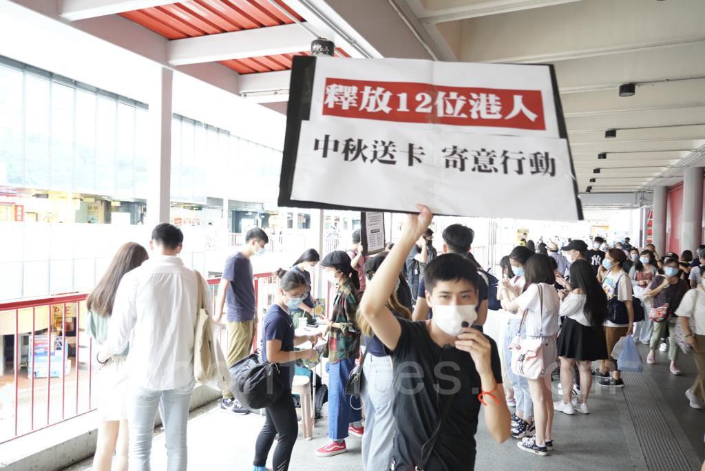 岑敖暉9月19日在荃灣地鐵站擺街站,現場有不少市民到街站寫中秋節卡。(余鋼/大紀元)