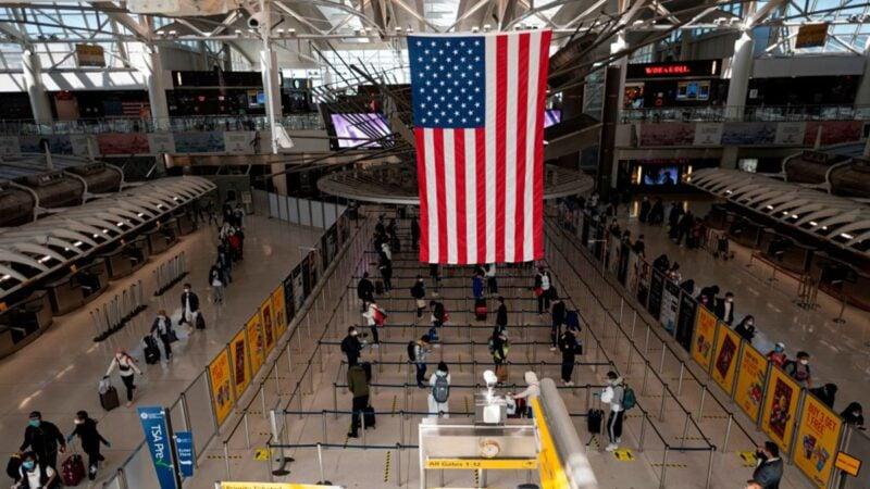 美國法律工作者鄭存柱18日在推特發佈一則爆炸性消息,一位美國公民的父親是中共黨員,來美國在機場被遣返。圖為紐約機場。(JOHANNES EISELEAFP via Getty Images)
