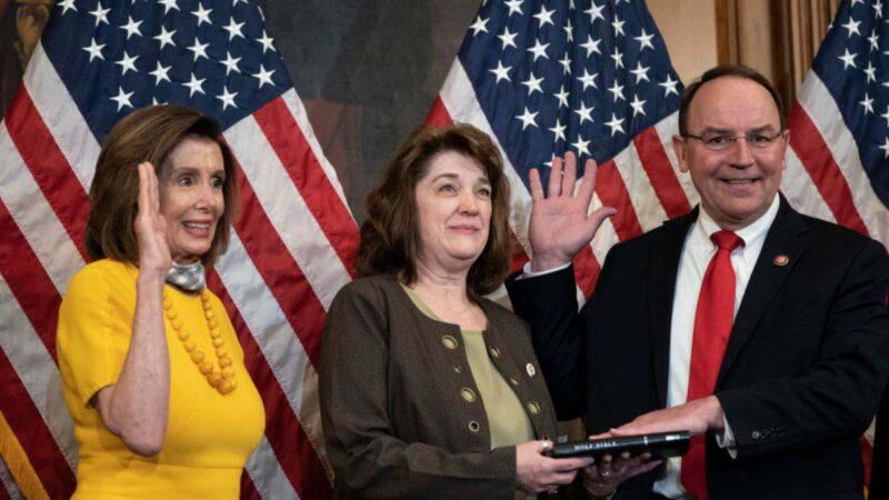 圖為眾議院議長南希•佩洛西(左)於2020年5月19日在華盛頓特區美國國會大廈與新眾議員湯姆•蒂法尼(右)及其妻子克里斯汀一起參加宣誓就職典禮。 (Drew AngererGetty Images)