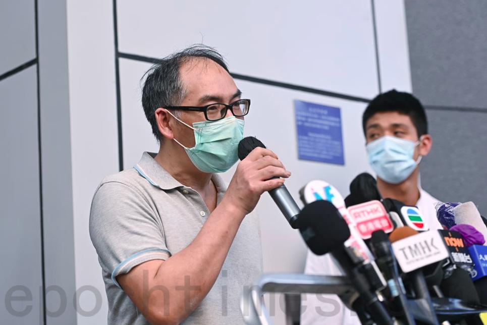 被捕者鄭子豪父親表示,在警署看到警員登入了兒子的Whatsapp,懷疑警方監視12港人通話紀錄,將信息通報大陸。(宋碧龍/大紀元)