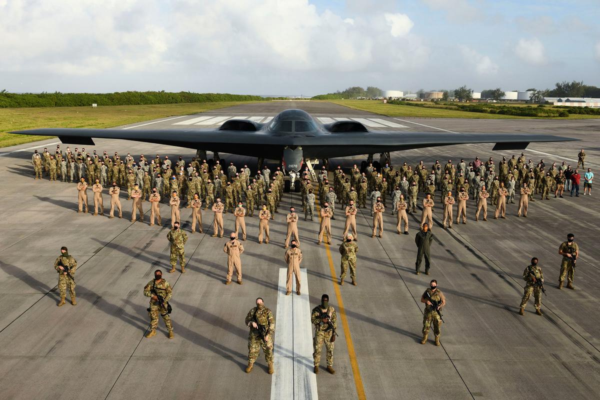 美國空軍B-2隱形轟炸機及各類作戰人員。(USAF)
