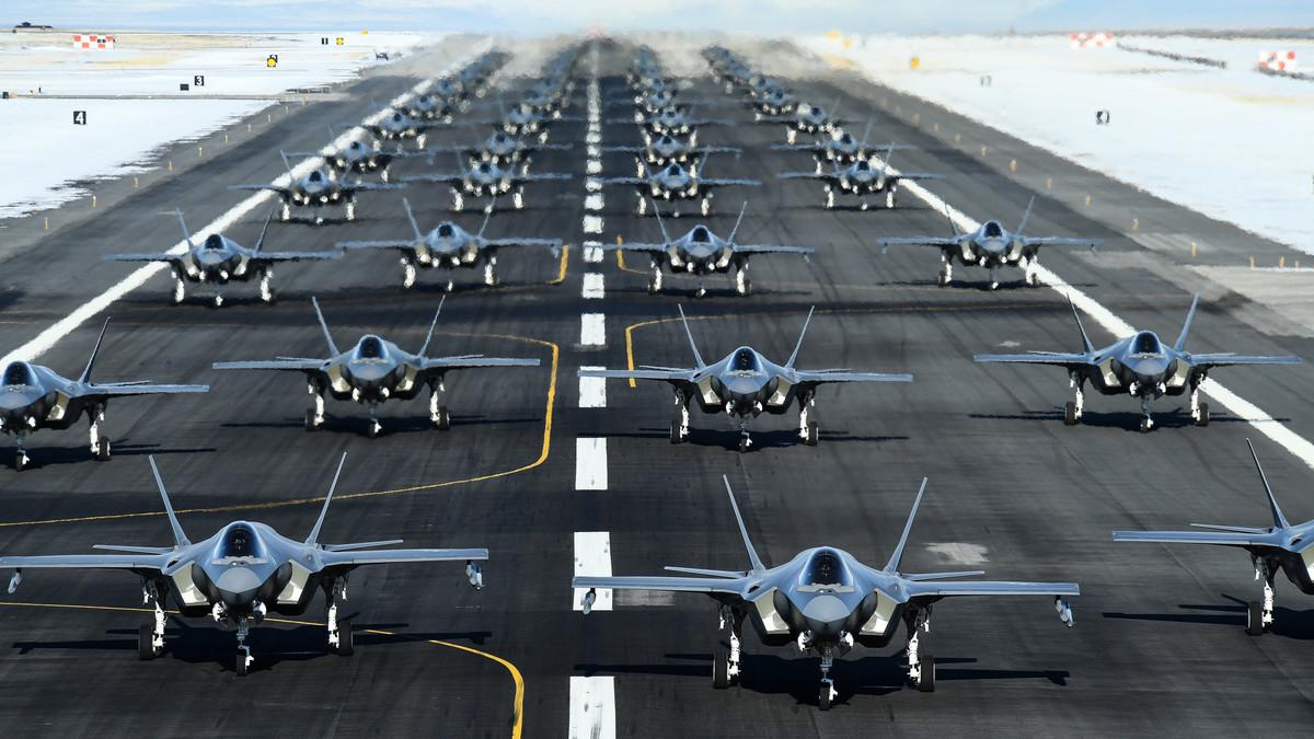 排成「大象漫步」(Elephant Walk)隊形的52架美軍F-35戰機蓄勢待發。(USAF)