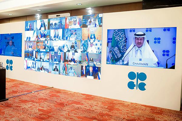 2020年4月12日,OPEC的視像會議,經過數天協商,OPEC及其它產油國終敲定一項歷史性協議,每天減產970萬桶原油。(SPA/AFP)