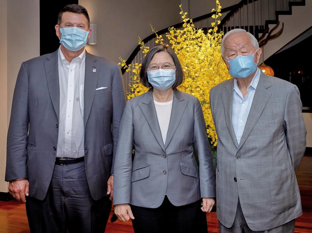 中華民國總統蔡英文9月18日晚間於官邸宴請美國國務次卿克拉奇(Keith Krach)代表團。圖左起克拉奇、蔡英文、台積電創辦人張忠謀。(總統府提供)