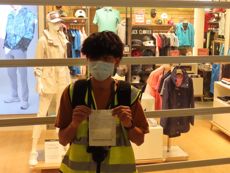 9月21日晚,網媒「自由香港」的記者在YOHO被警察截查後被以限聚令票控。(Pinky/大紀元)