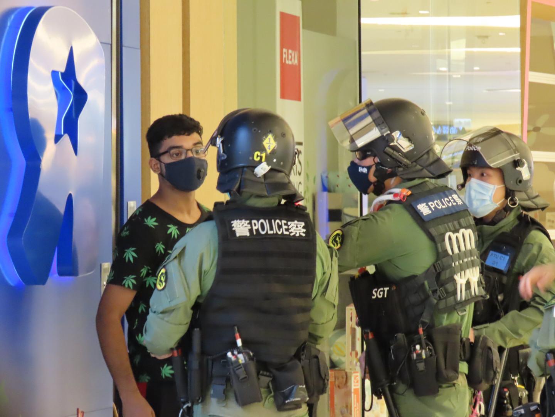 警方在YOHO拘捕一名南亞裔男子。(Pinky/大紀元)