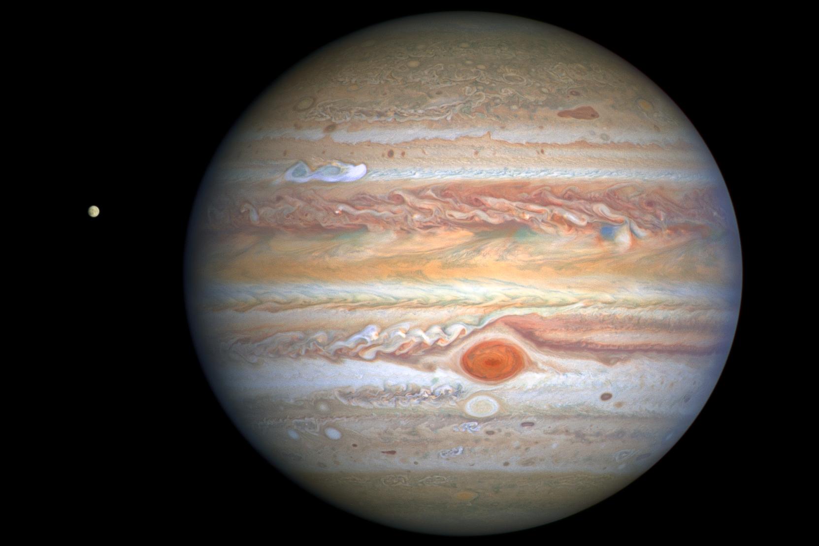 最新的木星照片是哈勃太空望遠鏡於2020年8月25日拍攝的,當時該行星距地球4.06億哩。在木星北半球,有一道明亮的白色風暴。逆時針旋轉的大紅斑形成一連串的白色和米色絲帶狀的雲帶。被認為可能有生命的木衛二歐羅巴(Europa)在照片的左方。(NASA)