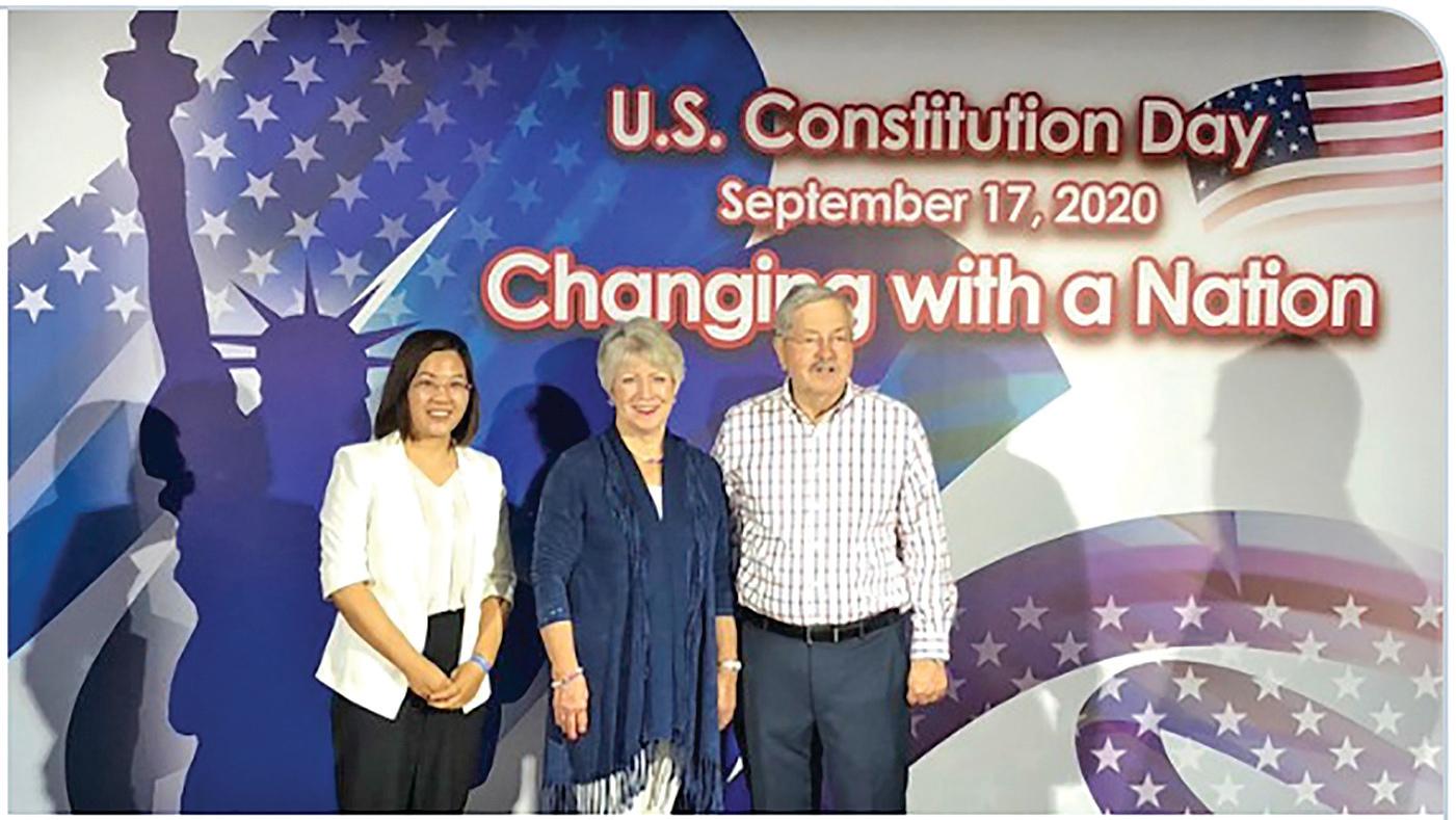 █余文生律師之妻許豔(左)出席美國駐華大使館憲法日活動,與已宣佈離任的美國駐華大使夫婦合照。(網頁截圖)