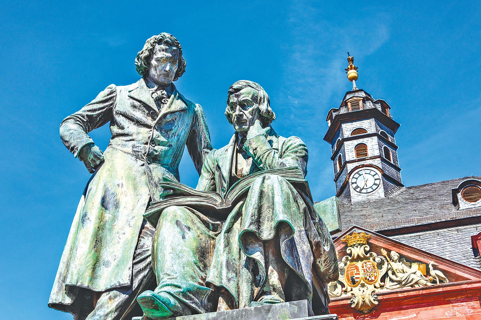 哈瑙市政廳前格林兄弟的銅像。