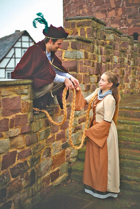 在故事中,公主放下長長的金髮,讓王子爬上去與她相會。
