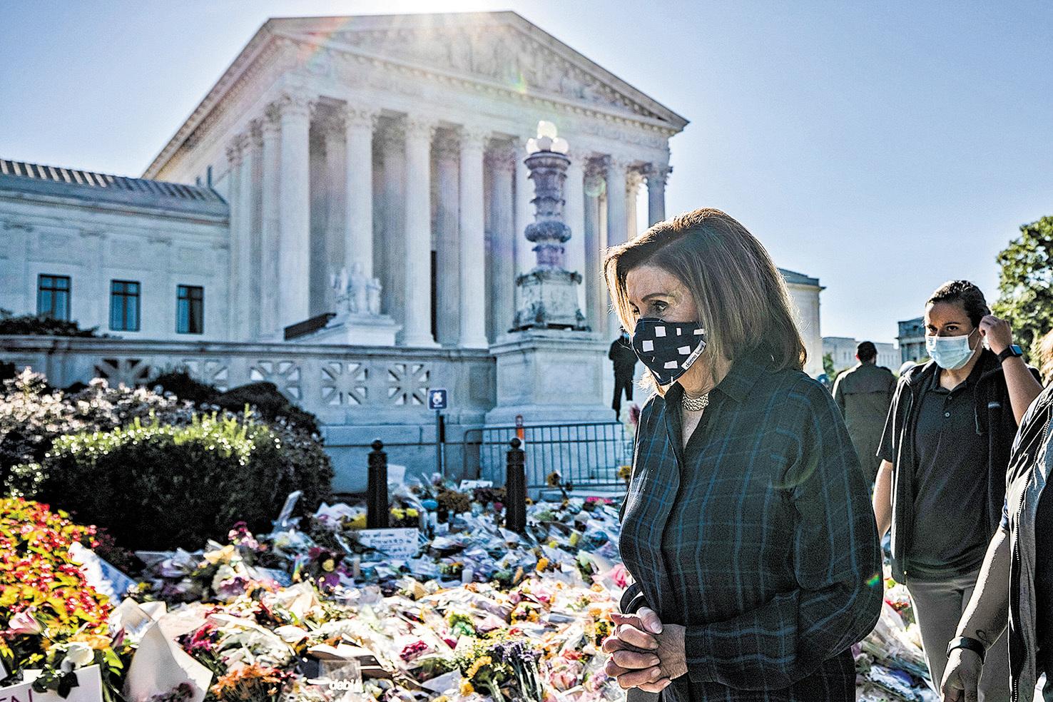 眾議院議長佩洛西20日前往最高法院參加悼念金斯伯格活動。(Getty Images)