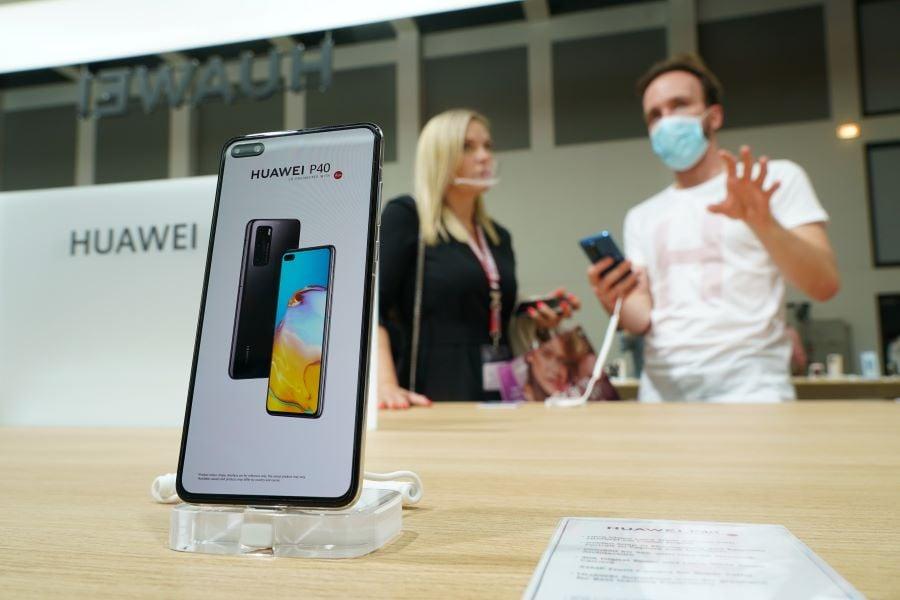 三星和LG等企業配合美國抵制華為的趨勢,自2020年9月15日起不再供貨顯示面板給華為的旗艦手機。(Sean Gallup/Getty Images)