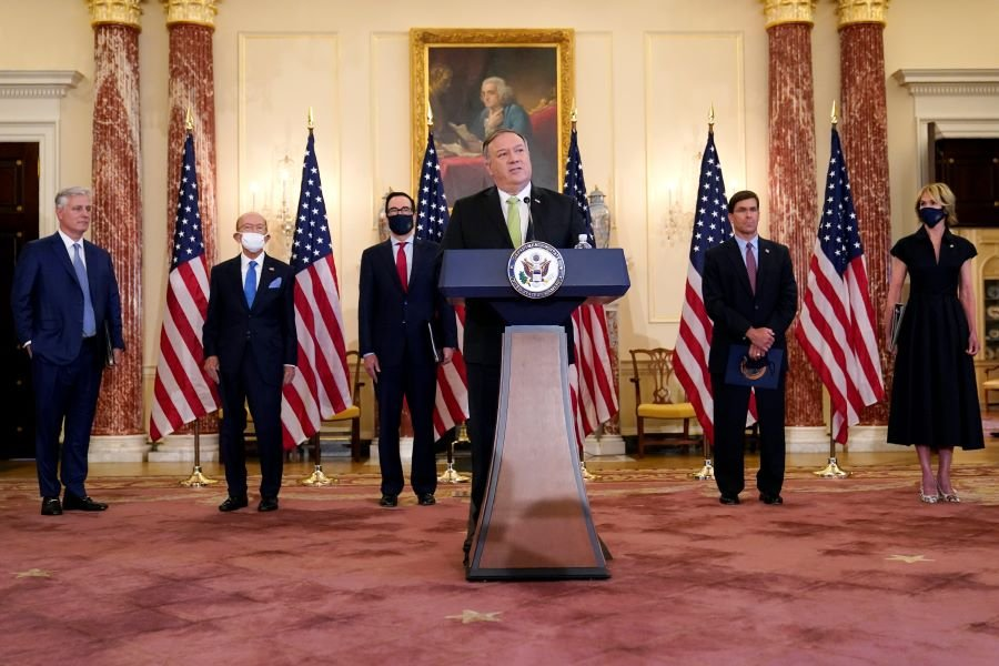 圖為2020年9月21日,美國國務卿蓬佩奧、財政部長姆欽、商務部長羅斯等人召開記者會,宣佈美國對伊朗的最新制裁。(Photo by Patrick Semansky / POOL / AFP)