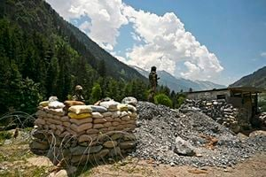 中印士兵近距離持槍對峙 印劃禁飛區疑部署導彈