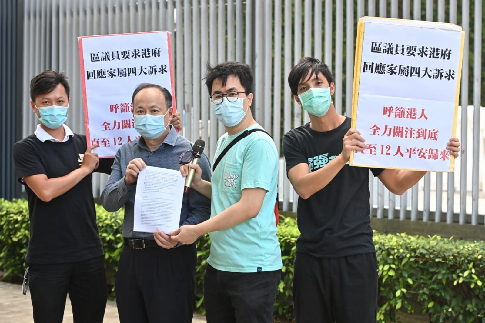 9月22日香港多名民主派區議員前往特首辦請願,要求港府回應家屬四大訴求。(宋碧龍/大紀元)