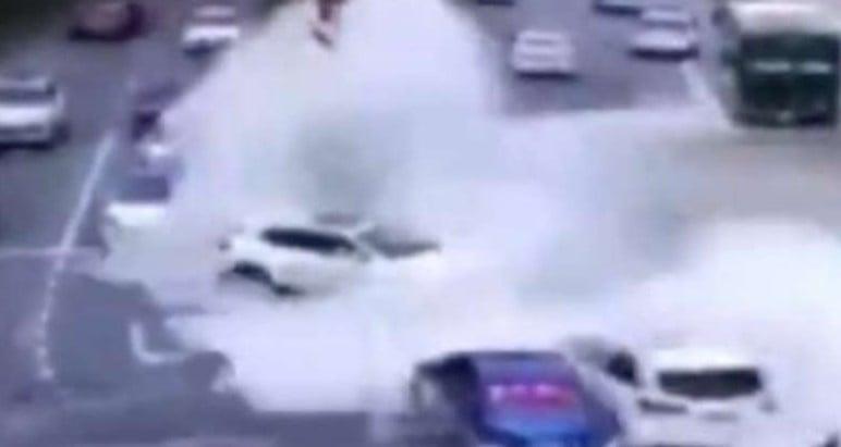 9月20日,錢塘江潮水突然湧過堤壩,正在行駛的十幾輛車無處可避,被兇猛的潮水推到了馬路的護欄。(網絡視頻截圖)