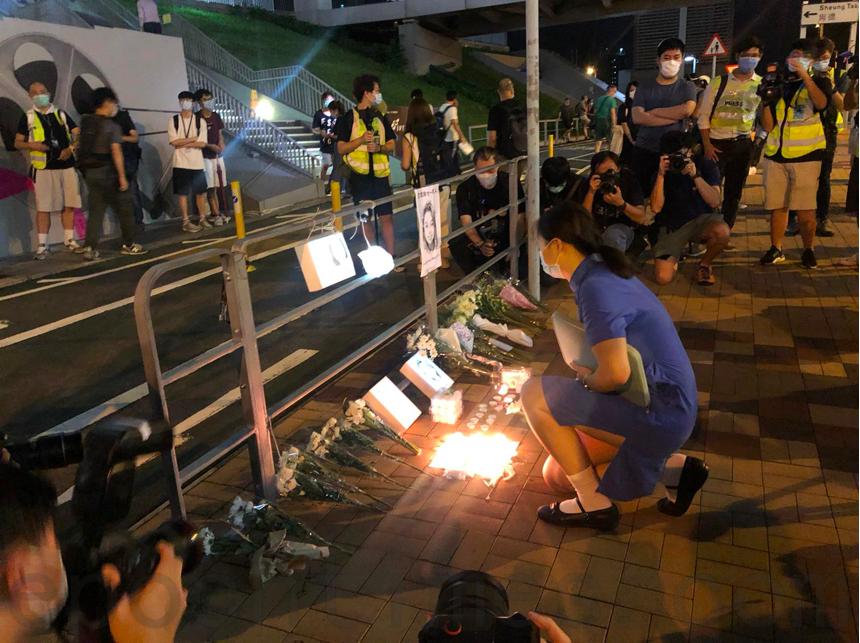 9月22日晚,在調景嶺知專設計學院前,大批市民前來紀念15歲少女陳彥霖逝世一周年,有中學女生不禁落淚。(梁珍/大紀元)