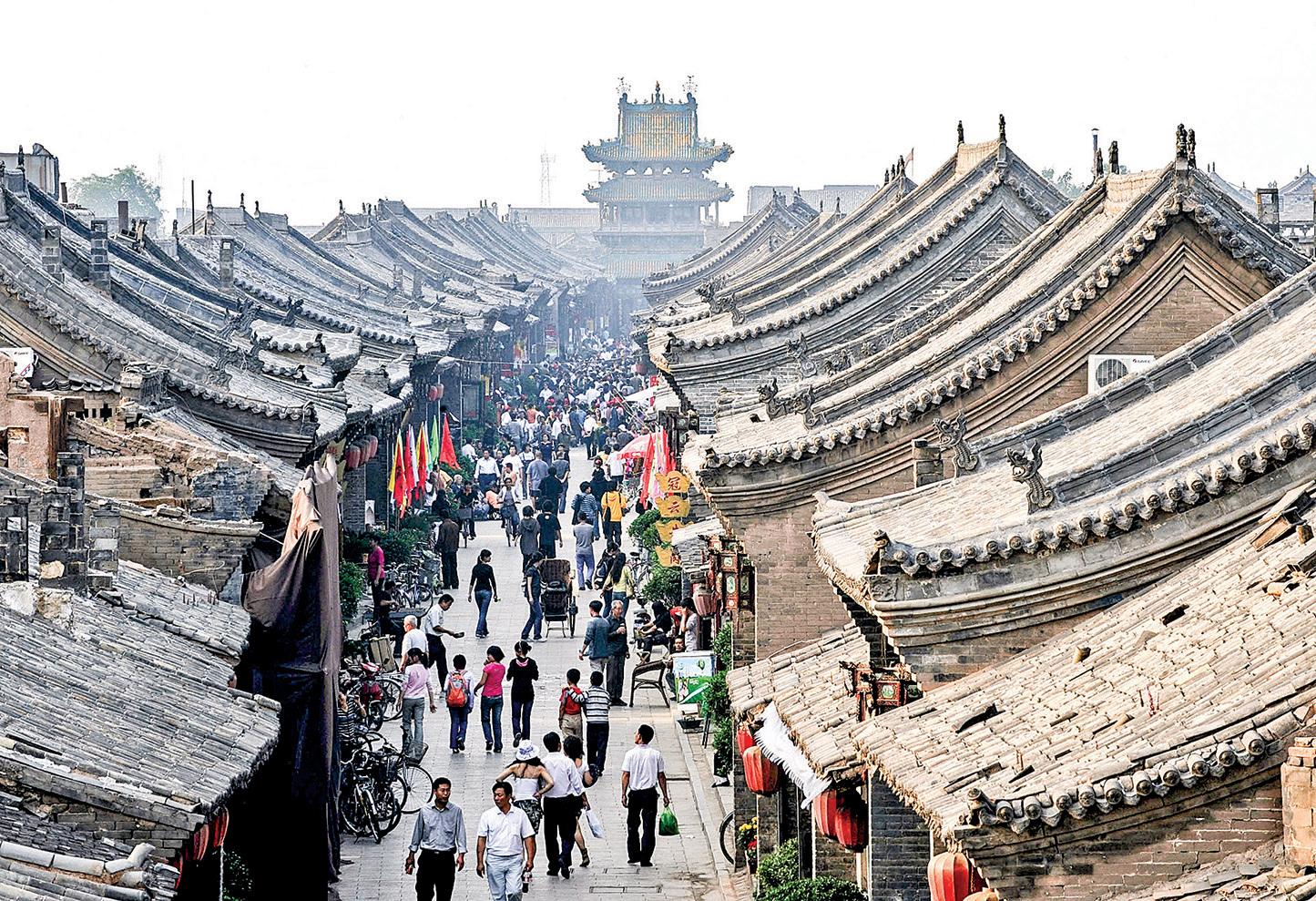 山西省平遙有著2700多年的歷史,以其古城牆和典型的住宅而聞名,被聯合國列入「世界遺產名錄」。圖為2006年平遙城的古宅一條街。(Getty Images)