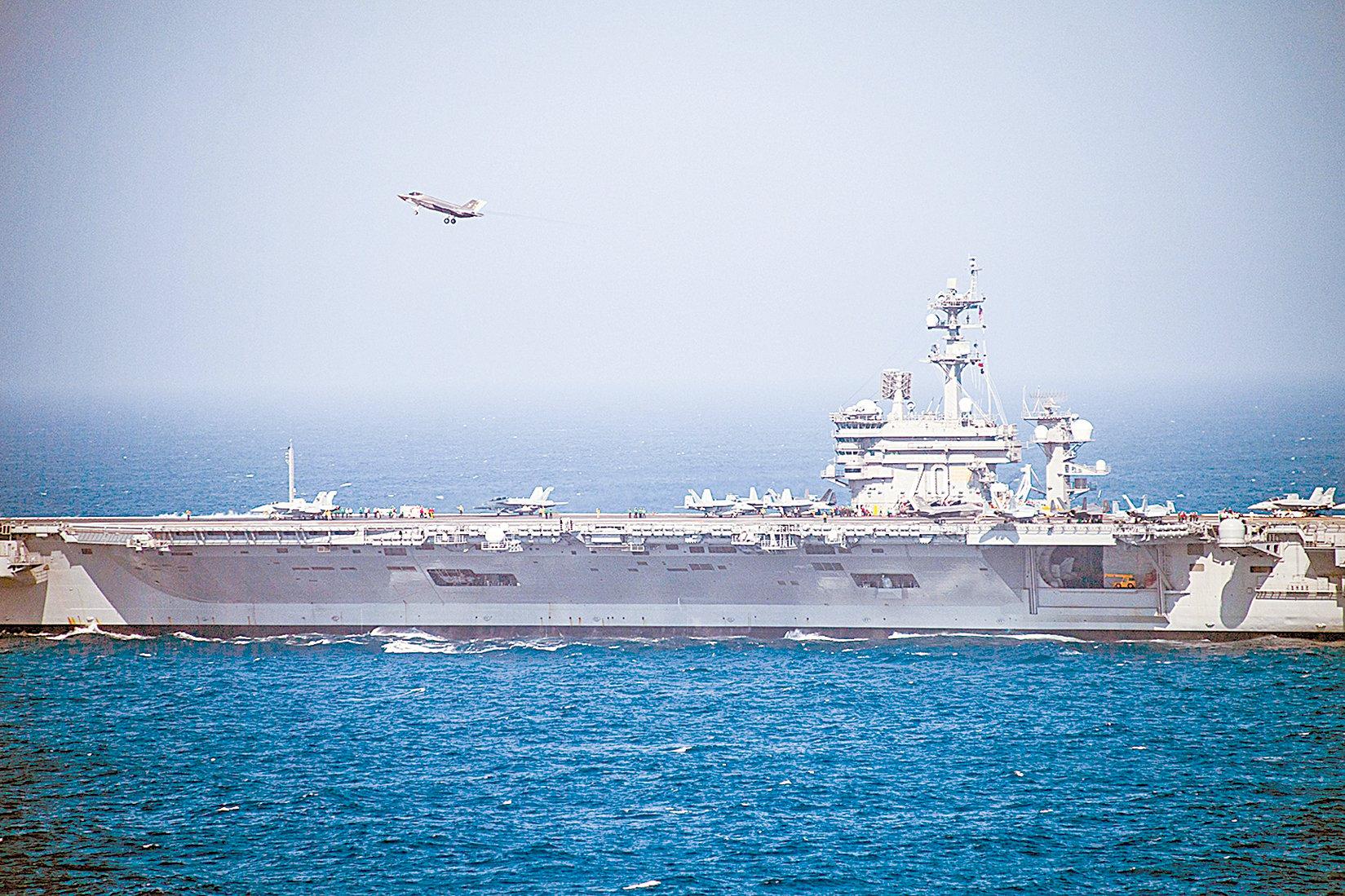 2020年9月16日, F-35C閃電II( Lightning II)戰機在卡爾文森號航母(CVN 70)上方飛行,正在完成駕駛艙認證和航空母艦交通控制中心認證。(Mass Communication Specialist 3rd Class Michael A. Lee/美國海軍)