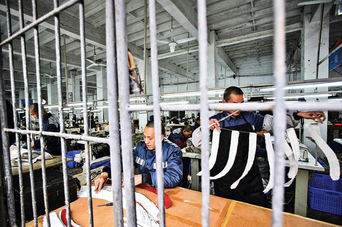 2008年3月7日,囚犯在中國重慶市一家監獄的縫紉車間裏工作。(China Photos/Getty Images)