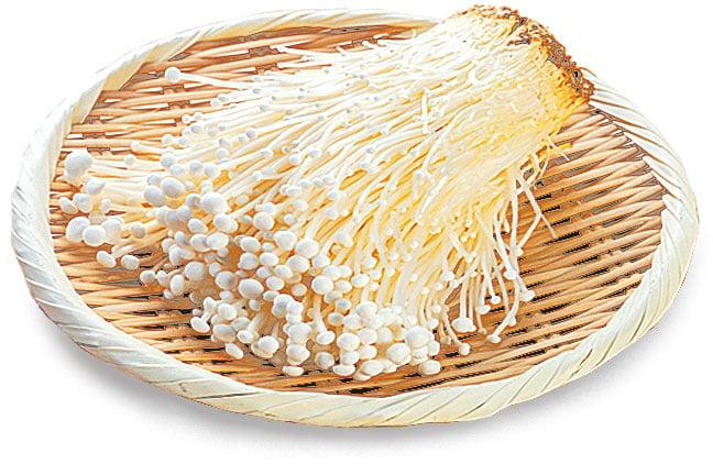金針菇在進行密封包裝時,會連同菇柄基部的培養料一起包入。