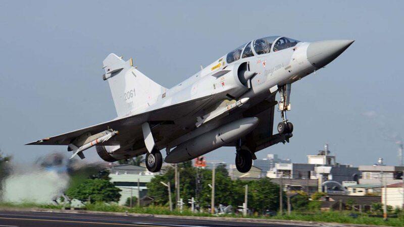 中共軍機日前連2日37架次侵入台灣防空識別區挑釁。台灣全島軍事基地無預警舉行全台「聯合防空作戰訓練」。圖為「幻影-2000」(Mirage 2000)噴氣式戰鬥機從嘉義縣南部的高速公路起飛。(SAM YEH/AFP via Getty Images)