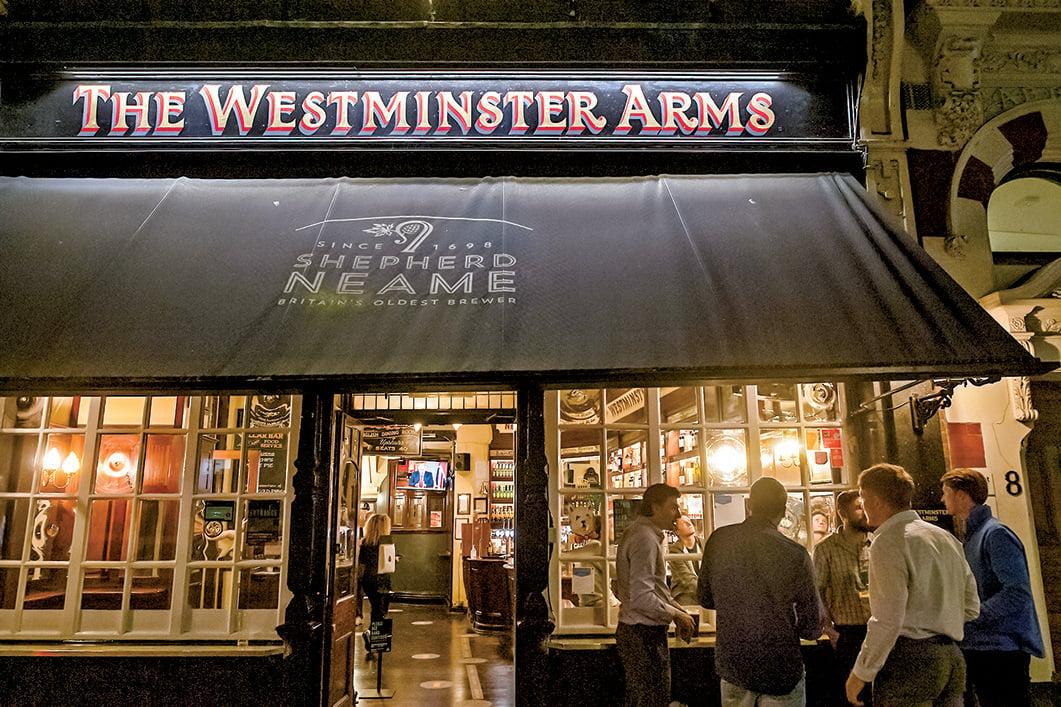 9月22日,英國首相宣佈新一輪防疫措施,餐廳、酒吧在晚上10 時就要關門。(AFP)
