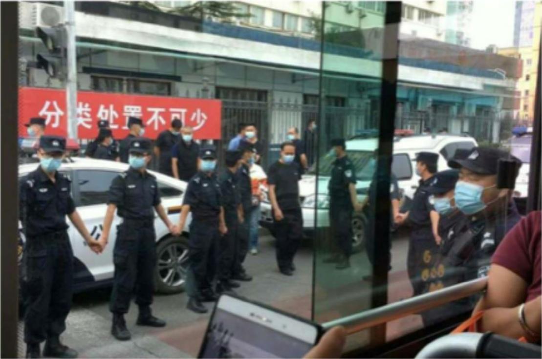2020年9月21日,北京上百訪民到北京市局治安總隊,依法申請遊行許可,隨後遭大批警察和保安包圍,其中四十多位訪民被拉到西城區公安分局府右街派出所關押。(受訪者提供)