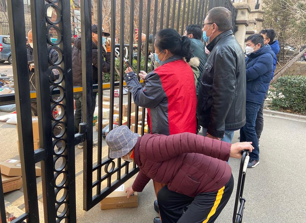 2020年3月5日,河北廊坊,民眾出入受管制,需隔門取快遞。(大紀元)